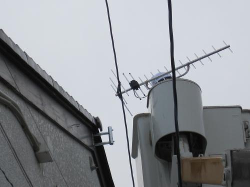 テレビアンテナのポール立てるサイドベースを取付ます