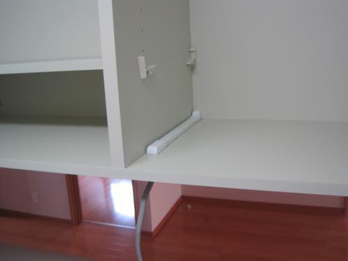 吊り戸棚の中の配線をモールカバーで保護します
