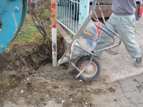 ポールを立ててコンクリートを流し込みます