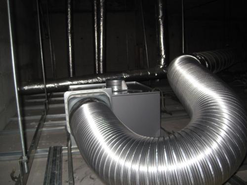 天井裏の排気ダクトを交換します