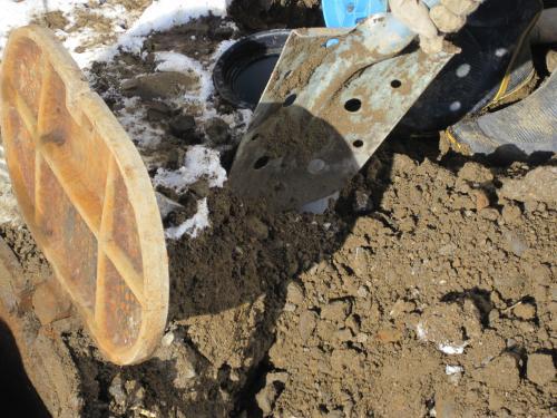 水道メーターのそばを掘ります