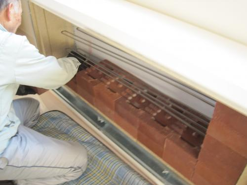 蓄熱用レンガを左側からていねいに積みます