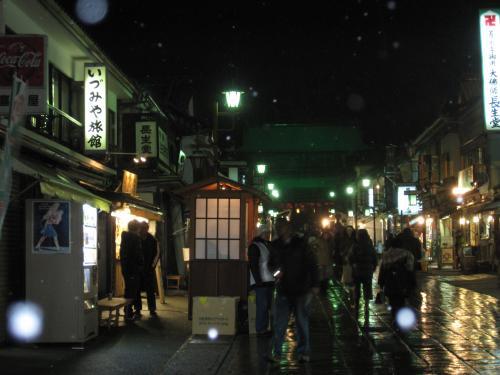 5色にライトアップされた善光寺さんを 見ようと たくさんの参拝客が訪れています