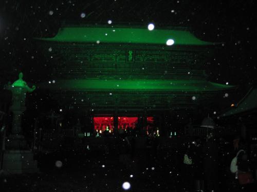 善光寺の三門が青くライトアップされています