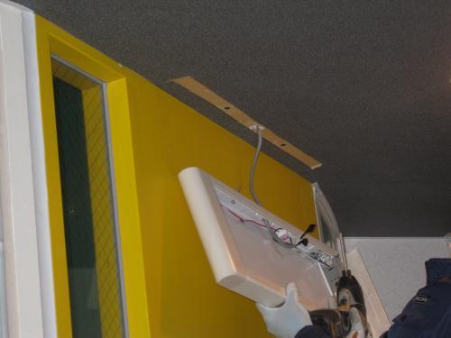蛍光灯の誘導灯を外すと 天井に誘導灯の型が残ってしまいました