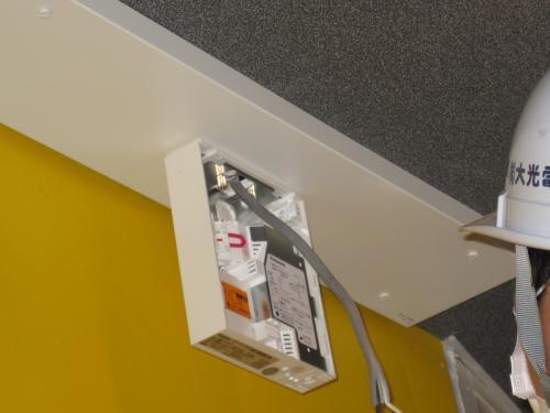 LEDランプの誘導灯を取付ます