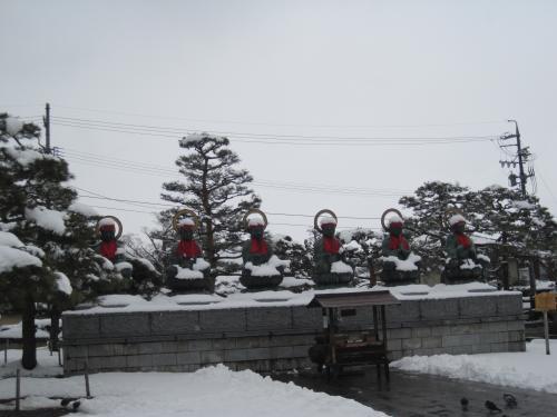 善光寺の六地蔵尊は白い雪帽子です