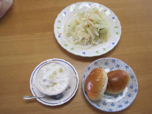 今日の朝食はヤーコンサラダと、ヤーコンのヨーグルトとパンです