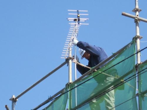 アンテナ電波の発信方向へ向けて調整します