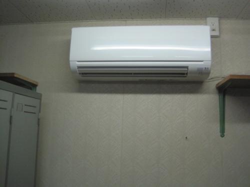 天井の火災報知機の感知器を移動して  エアコンを設置しました