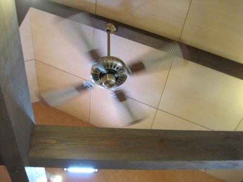 天井にたまった温かい空気を拡散し足元へ届けます