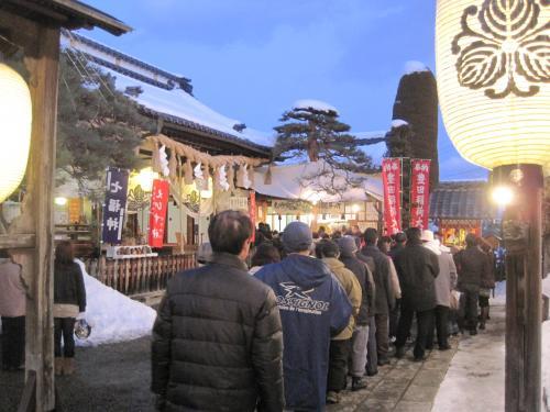 長野市善光寺近くの西宮神社は初えびす講でにぎわっています