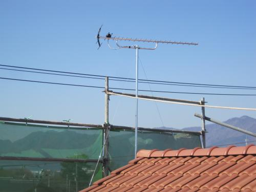 ステンレス製の支線でアンテナを固定します