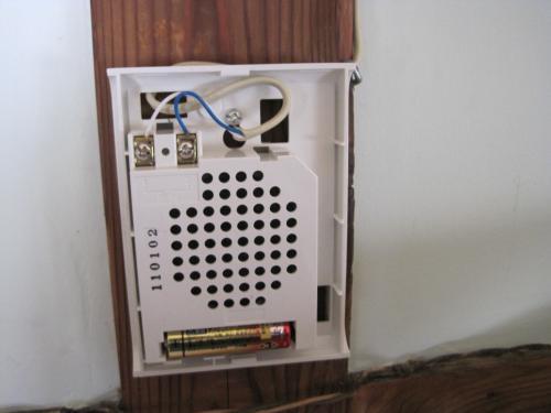 メロディチャイムは乾電池が単三電池が1本ですから  お年寄りは電池交換が 簡単です