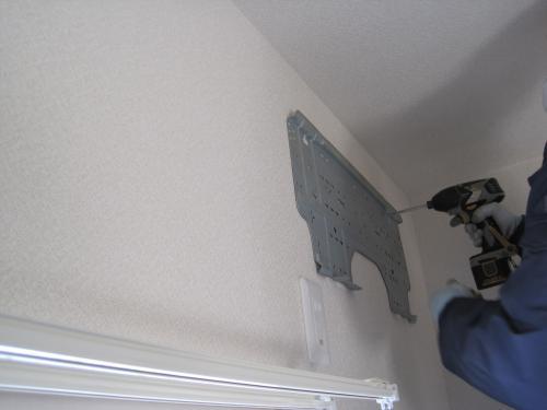 室内機の取付け金具を固定します