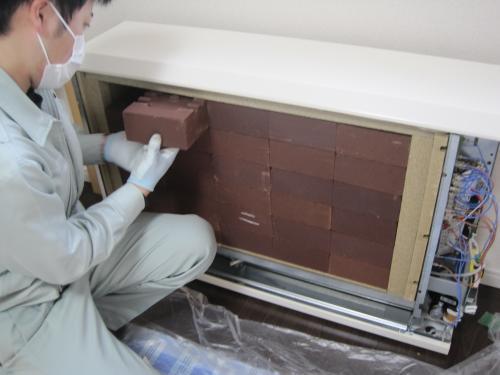 後もう少しで蓄熱ヒーターを積み終えて完成です