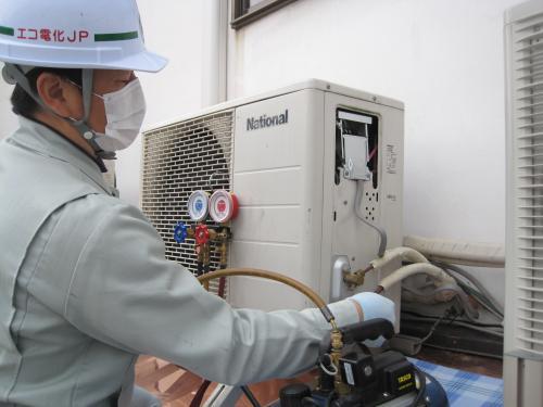 エアコン室外機の冷媒ガスを調べます