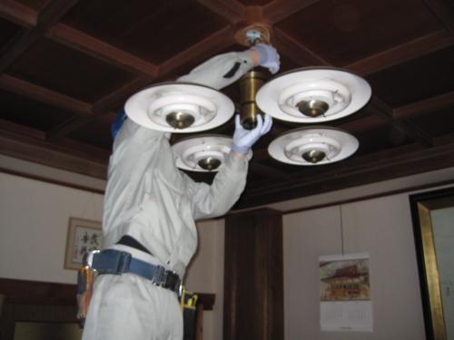 古い照明器具を取り外します