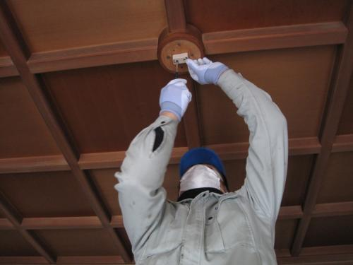 照明器具の交換工事は電気工事士の資格が必要です