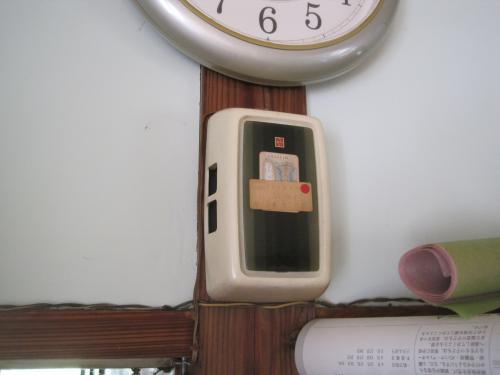 今までのチャイムは乾電池が直ぐ消耗してしまって  お年寄りには電池交換が大変でした