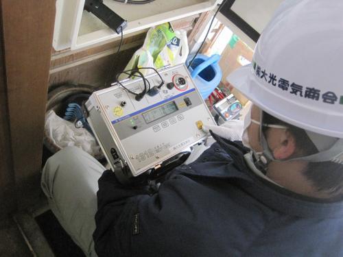 活線メガを使用して漏電状態を検査します