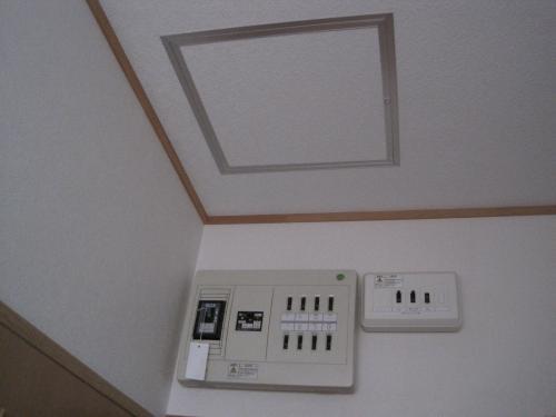 天井裏配線をしますから点検口を取付けました