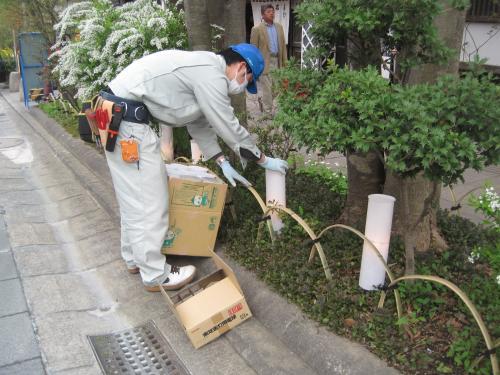 植栽内の傷んだ手作り灯篭は交換します