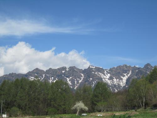 戸隠山に残雪がある風景です