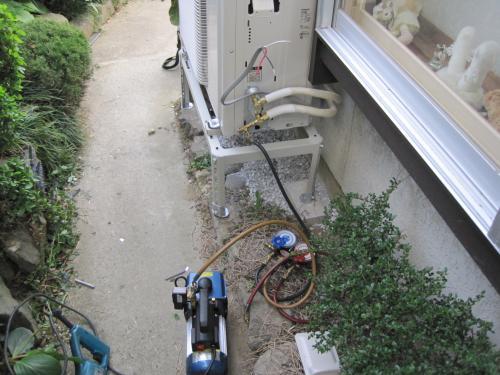 室外機の設置完了です  真空ポンプで配管内を真空にして  配管内に冷媒ガスを開放します
