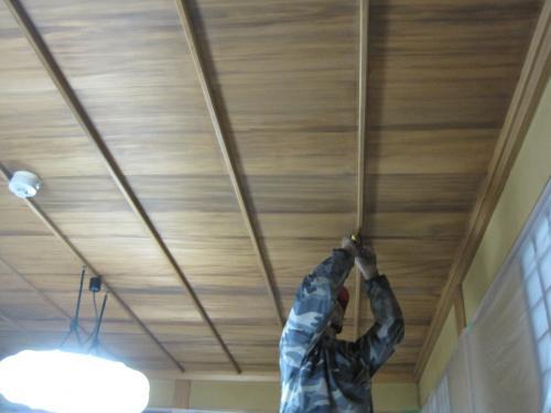 天井板に切り込み寸法の印をつけます