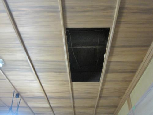 天井板を開口しました  ヒノキの天井板ですから慎重に切り込みました