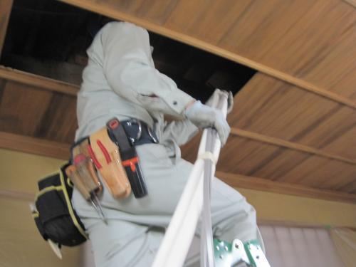 天井裏から屋外機に配管をします