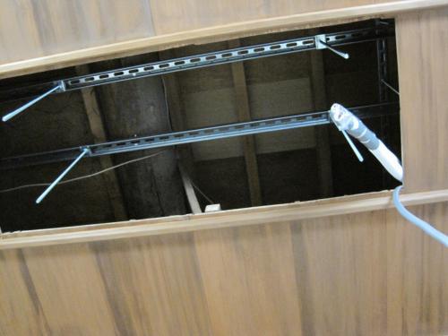 天井裏へ吊金具・吊ボルトを取付けます