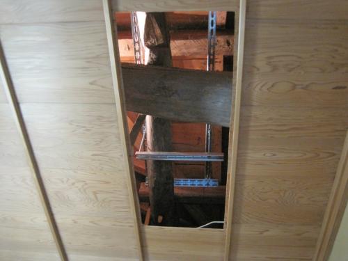 天井裏の大ばりへガッチリと固定します