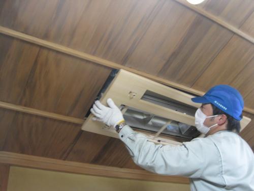 室内機の木目調化粧パネルを取付けます