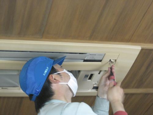 室内機の木目調化粧パネルを固定します