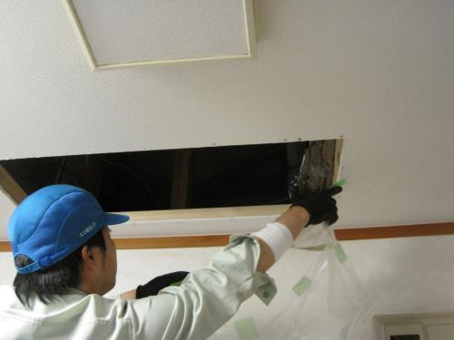 天井にエアコン用の穴を開口します