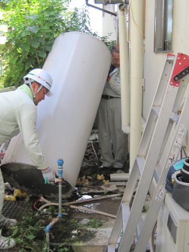 既設の電気温水器を撤去します