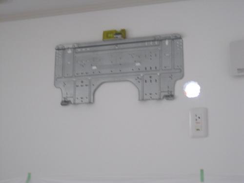 室内機の取付板を固定します