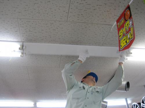 数台づつ新しい省エネ照明に交換します