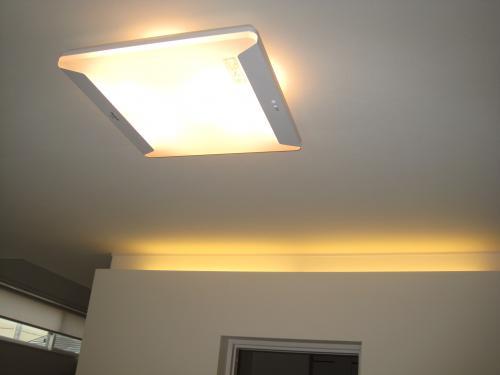 お部屋の雰囲気に合わせて電球色にもなります