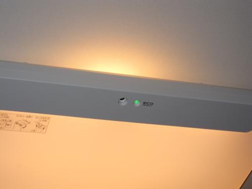 エコナビセンサーで外部からの明るさやテレビ等の  明るさを感知して自動調整します