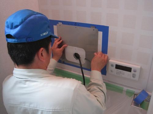 壁にテレビを固定する部品を取付ます
