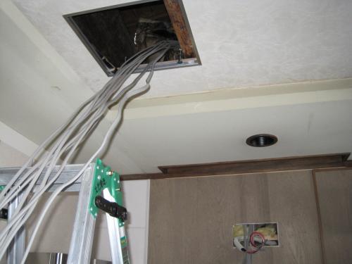 点検口を取付けて天井裏から 電灯・コンセント回路を 増設します