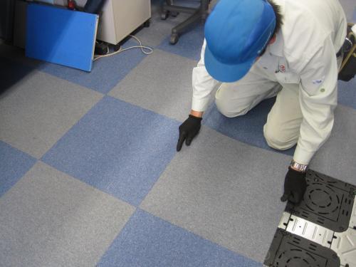 床のクッションフロアーをはがします