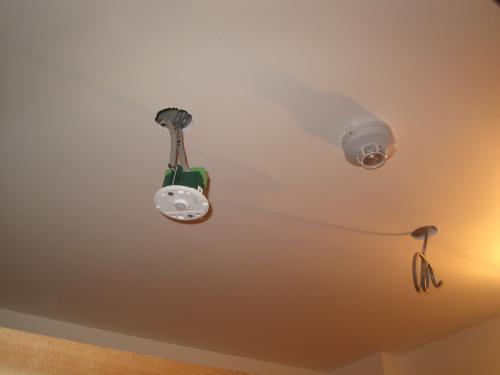 天井に穴を開けて配線します