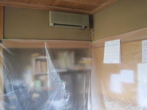 部屋の養生をしてから、古いエアコンを外します