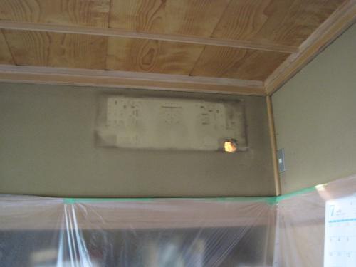 パナソニックのエコナビ エアコンを   室内機を取付ける準備です