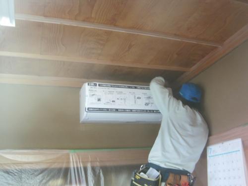 パナソニックのエコナビ エアコンの   室内機を取付けます
