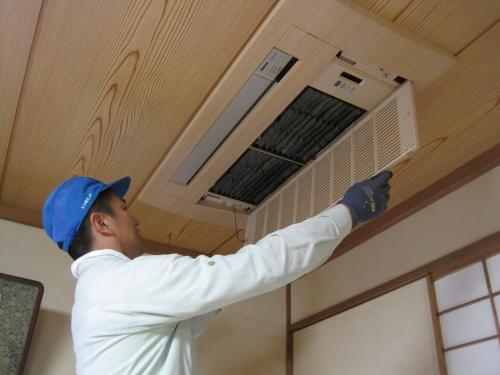 定期的にエアコンのフィルターを点検